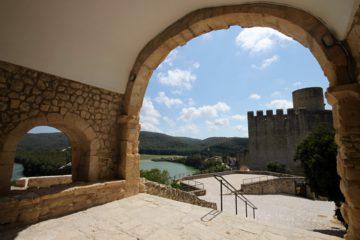 Vista del castell de Castellet i l'embassament del Foix